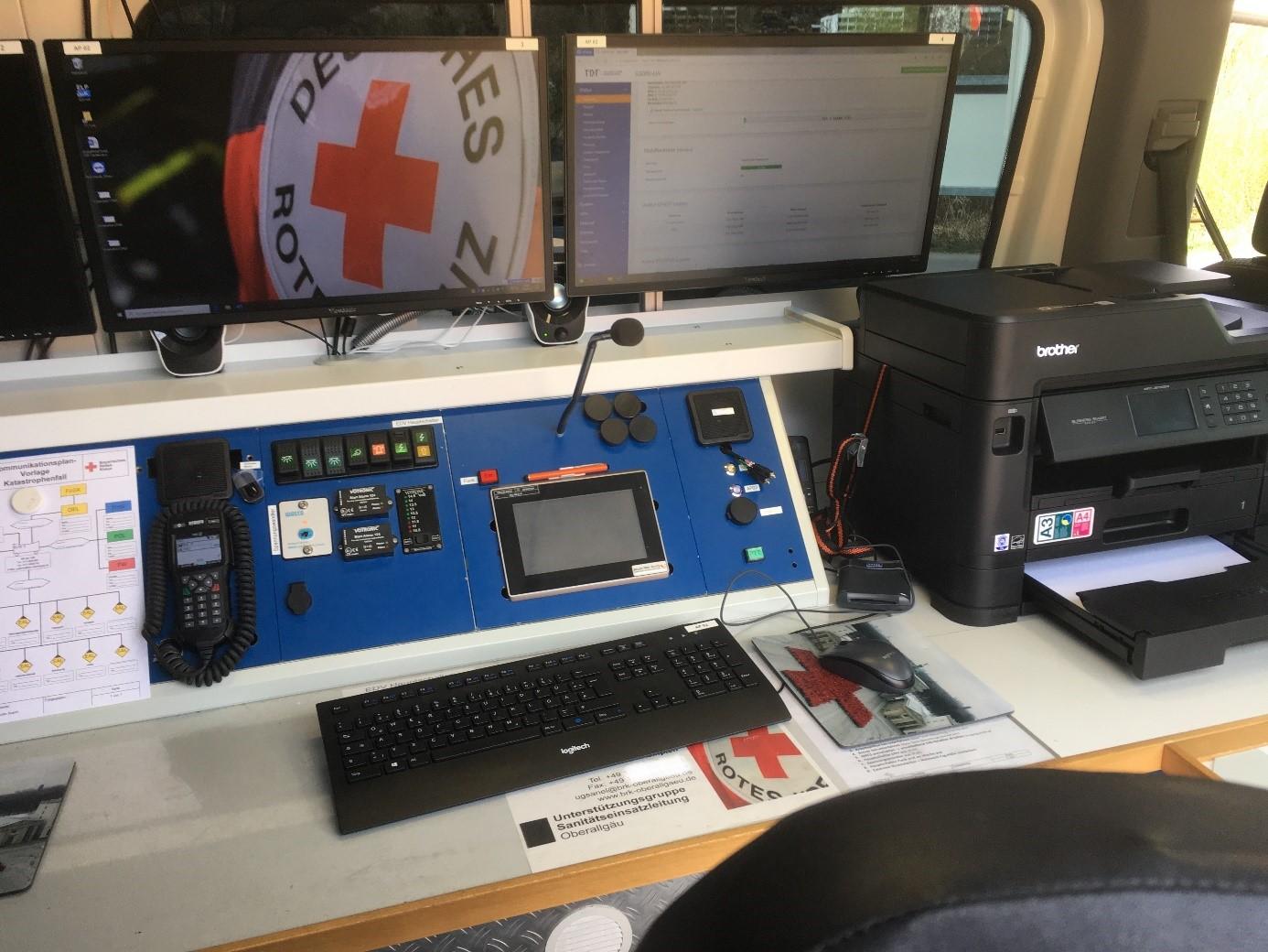 Bild: Einer von zwei vollausgestatteten Arbeitsplätzen mit PC, Funk, Telefon und Multifunktionsdrucker.